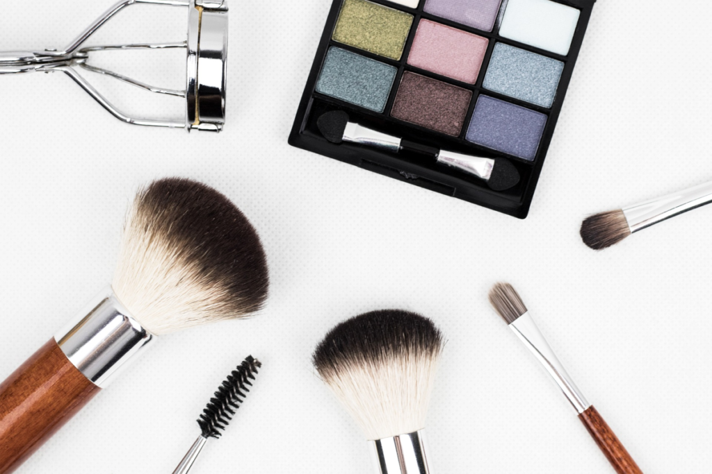 As a makeup affiliate in Australia, you can earn from sales on more than cosmetics. There's makeup, application brushes, vanity mirrors, eyeliners and much more.