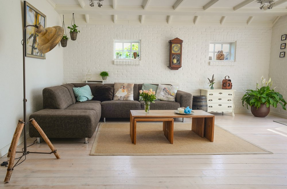 A living room with many decorations to represent home decorating affiliate programs