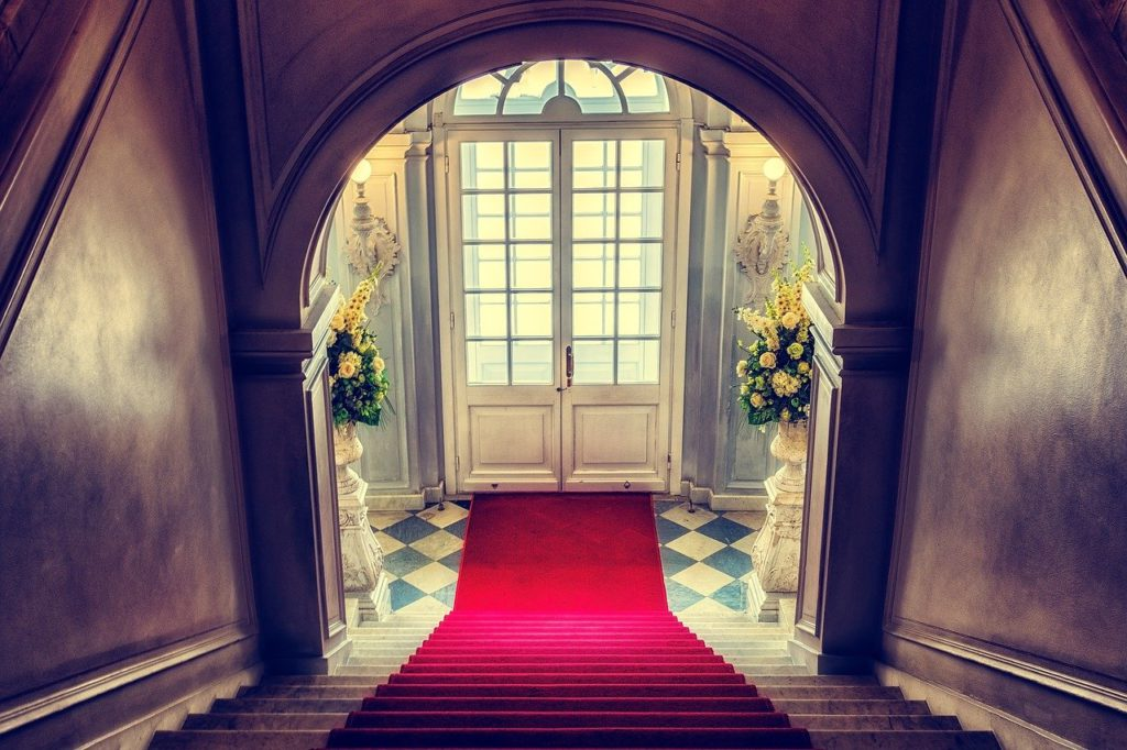 The grand staircase in a large and fancy home to represent luxury goods affiliate programs